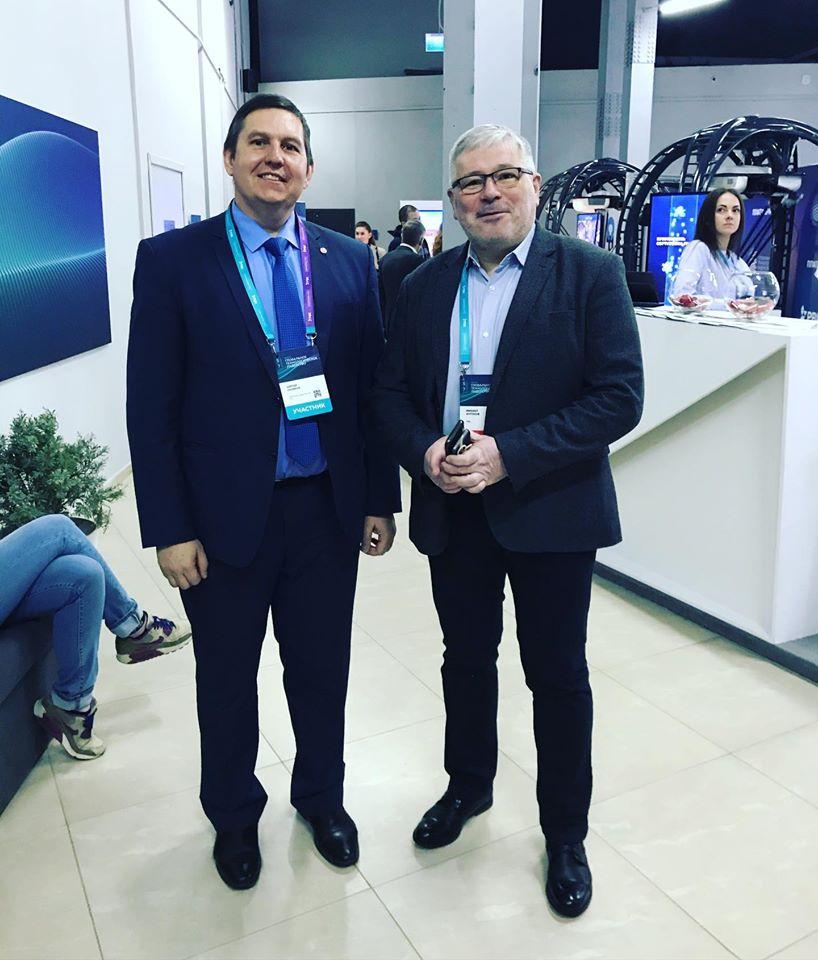 На изображении может находиться: 3 человека, в том числе Sergey Sklyarov, люди улыбаются, люди стоят и костюм